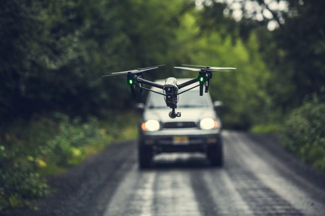 drone ciblant une voiture